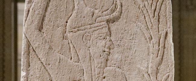תבליט של האל בעל, נמצא באקרופוליס של אוגרית מהמאה ה13-15 (מקור) Baal_thunderbolt_Louvre_AO15775