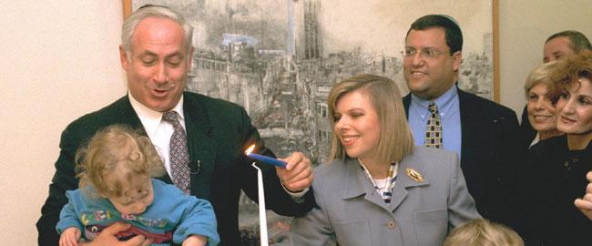 ביבי ושרה נתניהו מדליקים נר חנוכה, 1996 bibi-n-sara