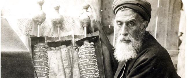 הכהן הגדול השומרוני עם ספר תורה בכתב שומרוני, 1905 Samaritan_High_Priest_and_Old_Pentateuch,_1905