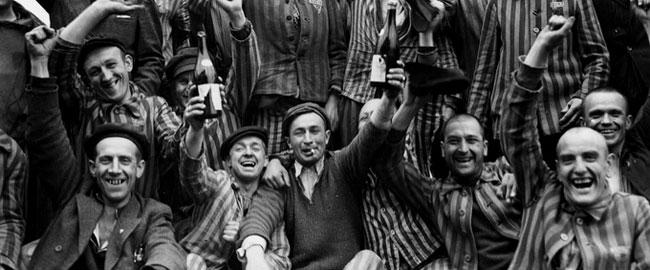 ניצולי מחנה הריכוז בוכנוואלד חוגגים את שחרורם, 1945 (צילום: מרגרט בורק-ווייט) שואהbuchenwald-lib
