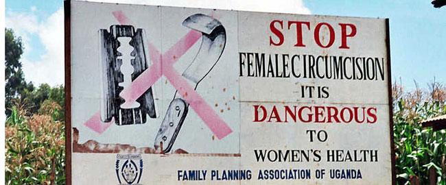 מאבק נגד מילת נשים - שלט הסברה בצד הכביש, ליד קפצ'ורווה, אוגנדה stopFGM