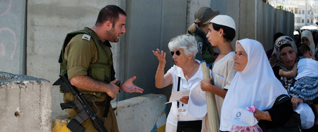 פעילה במחסום-וואצ' מתווכחת עם קצין במחסום בית לחם (צילום: אקטיבסטילס) כיבוש פלסטיניםMAHSOMWATCH2