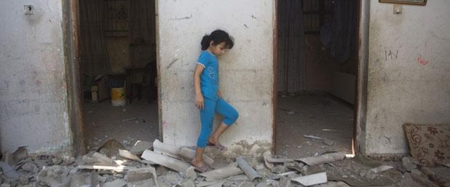 ילדה בהריסות ביתה, מחנה הפליטים אל שאטי, עזה 22/7/14 (צילום: אקטיבסטילס) צוק איתן פלסטין עזה כיבוש מלחמה gaza2014kid