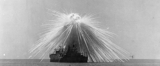 פצצת זרחן לבן פוגעת בספינה USS Alabama במהלך ניסויים, 1921 whitephosphorous
