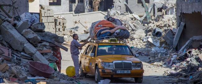 תושב בית חנון מחלץ רכוש נבין הריסות השכונה, עזה 12/8/14 (צילום: אקטיבסטילס) צוק איתן gaza-beithanoun