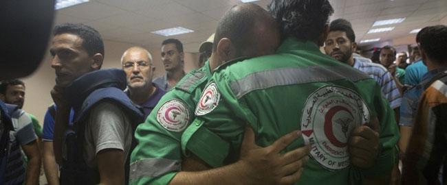 חובשים בעזה מתאבלים על מות חברם בשכונת א-שוג'אעיה, עזה 20/7/14 (צילום: אקטיבסטילס) צוק איתן gazaparamedics