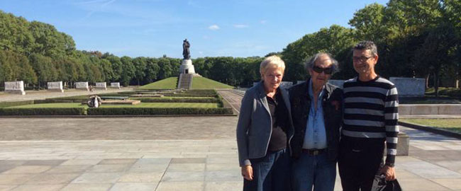עם יוטה ויורגן באנדרטה לזכר חיילי הצבא האדום, ברלין (צילום: גדעון ספירו) 2andarta
