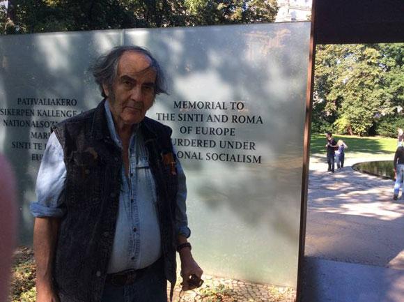 אנדרטה לזכר בני הסינטי והרומה שנספו בשואה (צילום: גדעון ספירו) 3roma