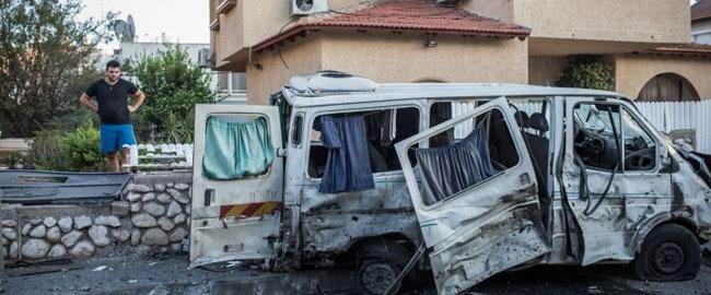 תושב קרית גת מתבונן בתוצאות פיצוץ הטיל שנשלח מעזה לעבר עירו, 31 ביולי 2014 (צילום: אקטיבסטילס) kiryatgat