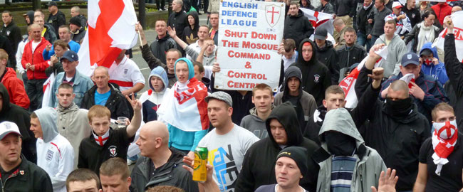 הפגנה בעד סגירת מסגד של ארגון הימין הבריטי English Defence League british-right