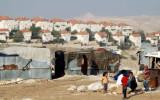 ילדים משבט הג'אהלין על רקע ההתנחלות מעלה אדומים בצלם 201306_area_c_report_full