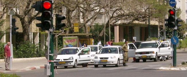 נהגים עומדים דום לצד מכוניותיהם בתל אביב, בעת צפירת יום הזיכרון לחללי מערכות ישראל yomhazikaron2