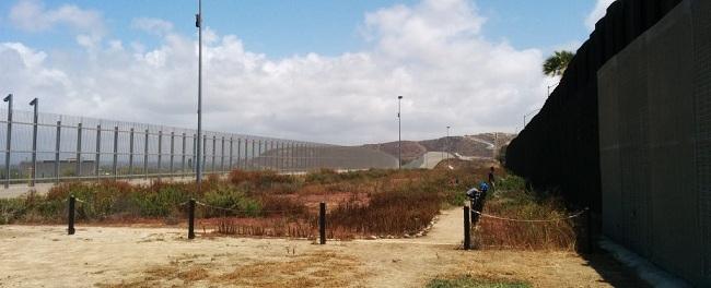 """בין שתי הגדרות שמפרידות את סן דייגו וטיחואנה (צילום: אליזבט צורקוב) גדר גבול ארה""""ב מקסיקו פליטים מהגרי עבודה sandiegowall"""