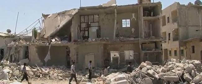 בתים לאחר הפצצה אווירית בעיר עזאז שבסוריה, 2012 (מקור) Azaz_Syria_during_the_Syrian_Civil_War_Missing_front_of_House