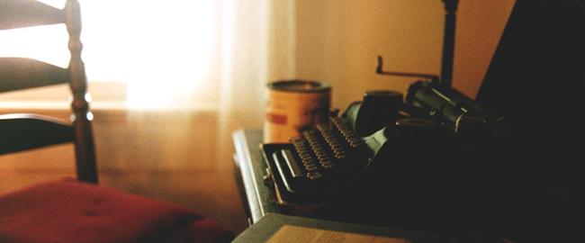 שולחן הכתיבה של וויליאם פוקנר כותב מחבר סופר ספרות מקלדת מדפסת מכונת כתיבה ספר TheFaulknerPortable