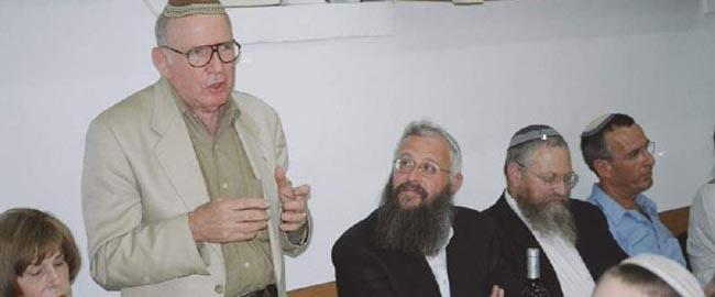 ארווינג מוסקוביץ' (נואם). משמאלו: הרב דני איזק, ראש ישיבת בית אורות שבהר הזיתים Irving_Moskowitz_Beit_Orot