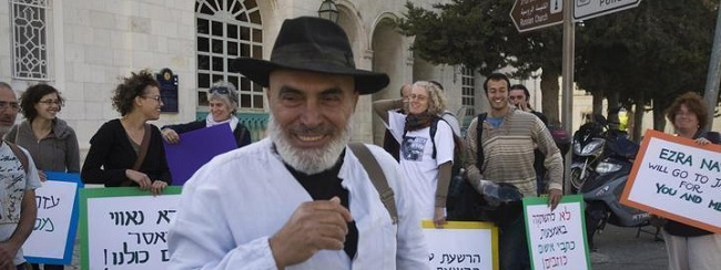 עזרא נאווי עם תומכיו בעת תחילת ריצוי חודש מאסר, מאי 2010 (צילום: אקטיבסטילס)  ezranawi