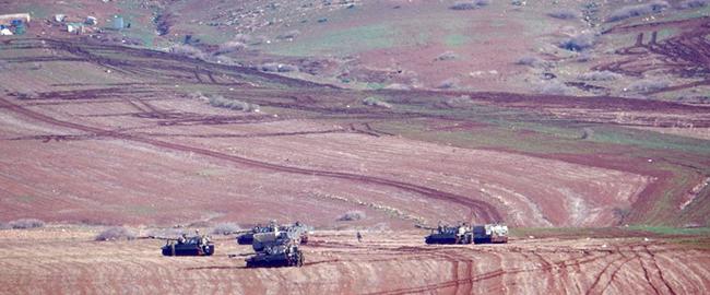 """טנקים ותותחי צה""""ל בשדות הקהילה, שחלק מאוהליה נראים בפינה השמאלית למעלה. צילום: עארף דראר'מה, בצלם כיבוש בקעת הירדן צה""""ל צבא שטחים פלסטינים tankim"""