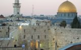 הכותל המערבי וכיפת הסלע בירושלים (מקור) ישראל דת פלסטין יהדות אסלאם יהודים מוסלמים תפילה דת