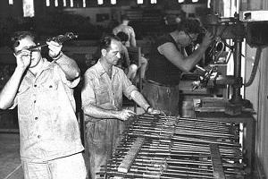 עובדי תעש, 1955 (ויקיפדיה) עובדים מפעל היסטוריה נוסטלגיה ישראל  taas_1955