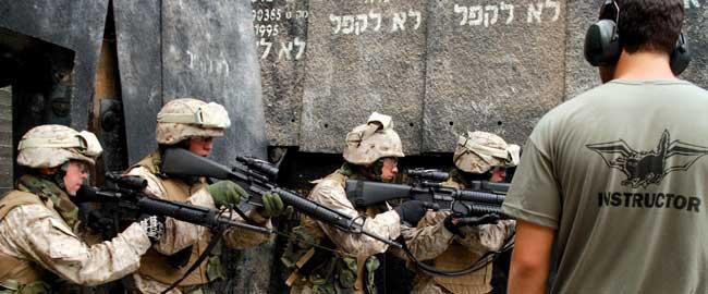"""חיילי מרינס בישראל, בעת תרגיל צבאי משותף עם צה""""ל. המדריך הוא חייל צה""""ל (צילום: דובר צה""""ל) ארה""""ב אמריקה soldiers-usil"""