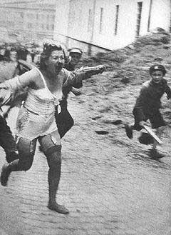 """אשה יהודייה מוכית, נרדפת ולבסוף נאנסת ונרצחת על ידי חברי """"כנופיות בנדרה"""", לבוב, אוקראינה, 1941 bandera-woman"""