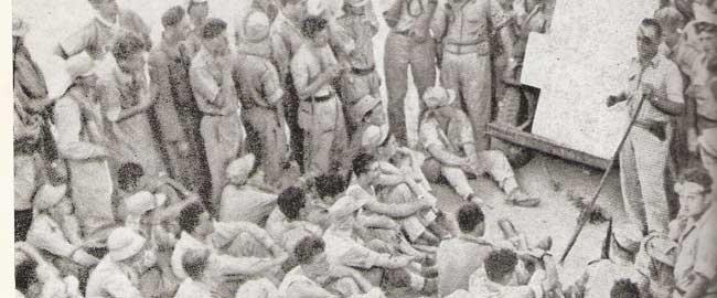 משה דיין מדריך את חייליו (גדוד הקומנדו) לפני הפריצה ללוד במבצע דני (מקור) נכבה ישראל היסטוריה מלחמת העצמאות lydd-dayan