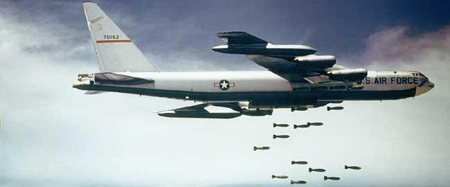 """בואינג B-52 מטיל פצצות (מקור) מלחמה מטוס הפצצה אמריקה ארה""""ב חיל האויר Boeing_B-52_dropping_bombs"""