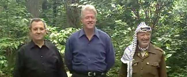 מימין: יאסר ערפאת, ביל קלינטון ואהוד ברק בקמפ דיוויד, 2000 (צילום מסך) camp-david