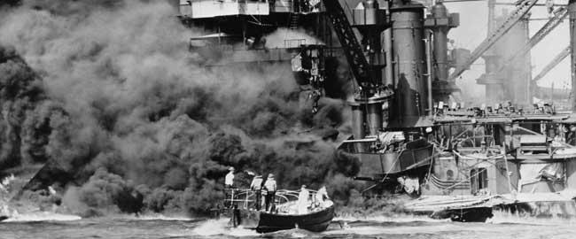 חילוץ ניצולים משריפת הספינה USS West Virginia בעת המתקפה על פרל הרבור, 1941 (מקור) מלחמת העולם השנייה WWII ארהב אמריקה יפן היסטוריה מלחמה pearl harbor