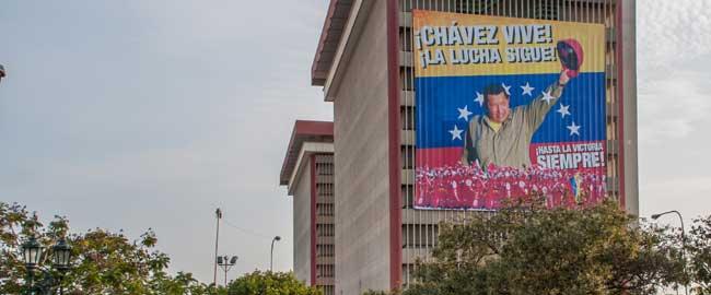 """כרזת תמיכה בצ'אבס על גבי מגדל של חברת """"פטרוליאום דה וונצואלה"""", 2013 (מקור)chavez-gas"""