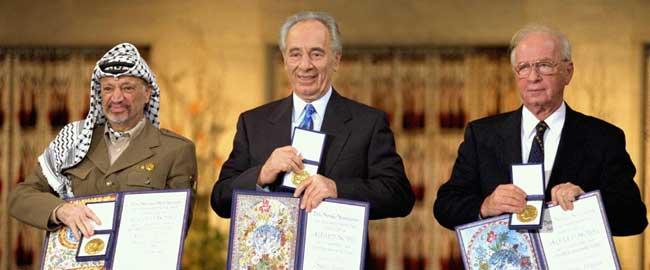 (משמאל:) יאסר עראפאת, שמעון פרס ויצחק רבין זוכים בפרס נובל לשלום, 1994 (מקור) arafat-peres-rabin