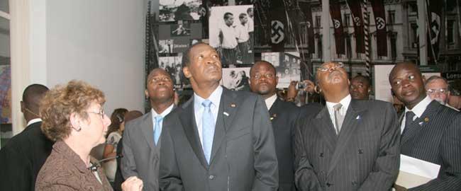 נשיא בורקינה פאסו לשעבר, בלז קומפאורה, בסיור ביד ושם, 2008 (צילום: יד ושם) compaore