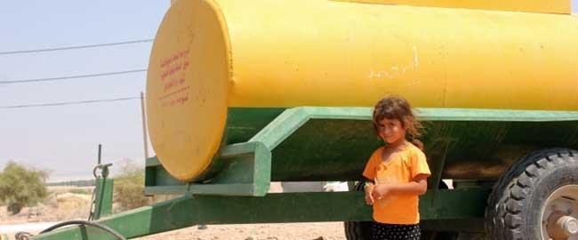 ילדה ליד מיכלית מים, בכפר הפלסטיני פסאיל שבעמק הירדן, 2013 (צילום: אקטיבסטילס) כיבוש הגדה המערבית שטחים בדואים דרום הר חברון fasayil