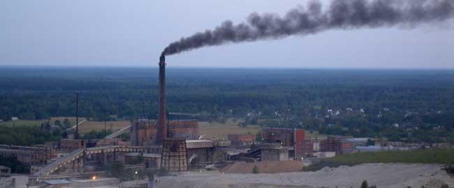 מפעל עיבוד פצלי נפט באסטוניה (מקור) איכות הסביבה פצלי שמן שינוי אקלים oil-shale-kivioli