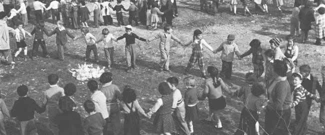 """ט""""ו בשבט בגן העצמאות בירושלים, 1956 (צילום: ארכיון המדינה, מתוך תערוכה של יהודה אייזנשטרק) היסטוריה ילדים קיבוץ גלויות, ציונות, חינוך  j-lem-kids56"""
