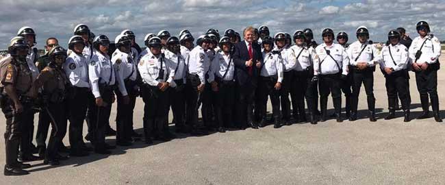 """טראמפ עם שוטרים ממדינת פלורידה שבארה""""ב (מקור) משרטה אמריקה דונלד נשיא trump-police"""